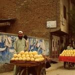 1280px-Fruit_seller_Peshaw