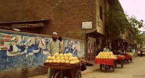 1280px-Fruit_seller_Peshawar_DCE