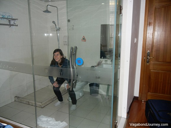 See through glass bathroom walls in hotels in china for Non see through glass for bathrooms